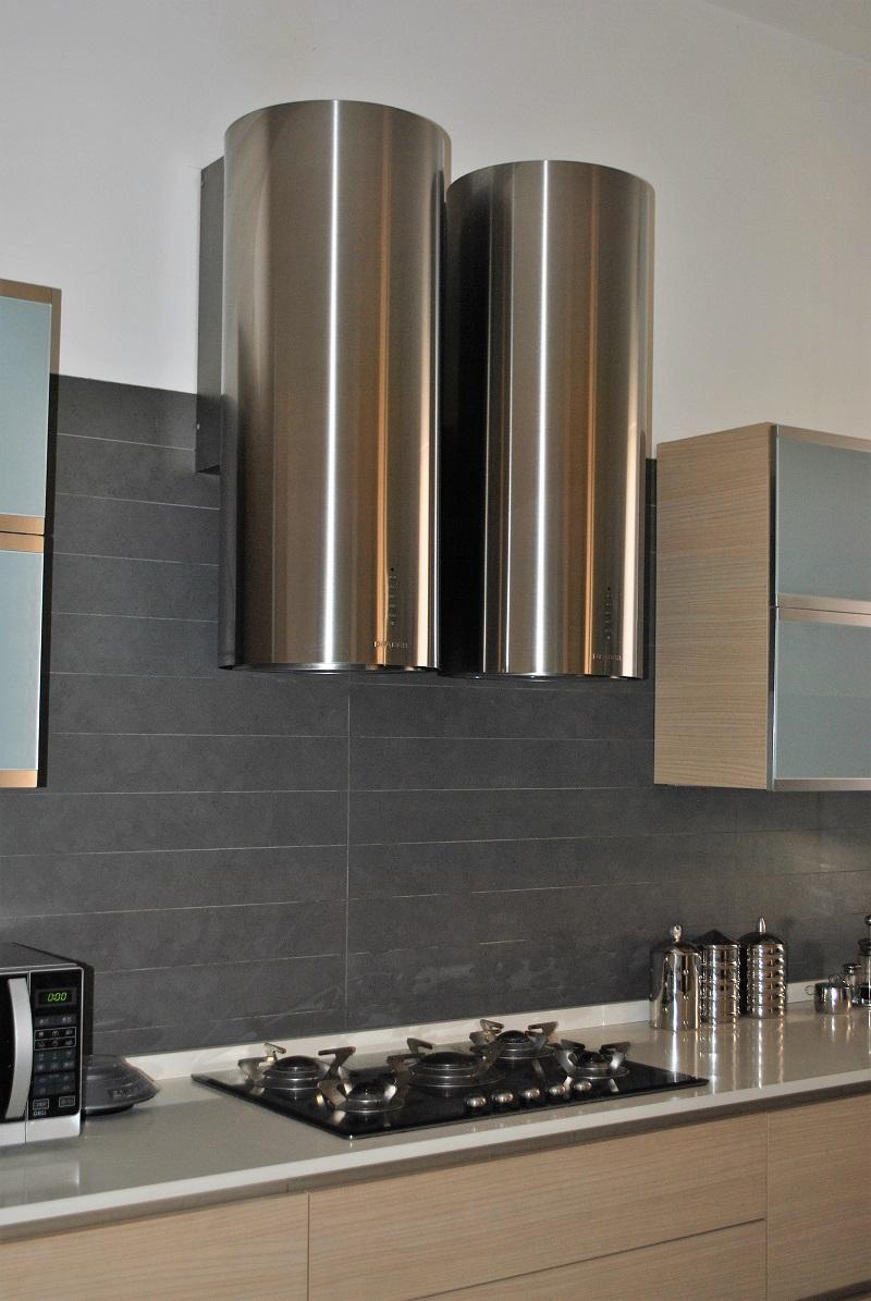 Un appartamento moderno dalle linee sobrie e sinuose - Cucina color melanzana ...